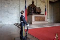 Taipei Taiwan - September 27, 2018: En vakt i Kai-Shek Memorial Hall arkivfoton