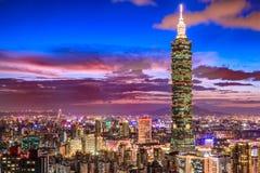 Taipei Taiwan stadshorisont på skymning Fotografering för Bildbyråer