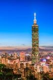 Taipei Taiwan stadshorisont på skymning Royaltyfria Bilder