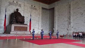 TAIPEI TAJWAN, MAJ, - 15, 2019: Odmienianie strażnik Chiang Kai Shek statuą w Chiang Kai Shek Memorial Hall zbiory