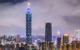 TAIPEI TAJWAN, PAŹDZIERNIK, - 7,2017: Taipei 101 linii horyzontu i drapacza chmur widok od słoń góry przy nighttime okręgiem Taip zdjęcia stock