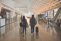 TAIPEI, TIWAN - OTTOBRE 7,2017: Donne asiatiche che portano bagagli all'aeroporto internazionale di Taoyuan immagine stock libera da diritti