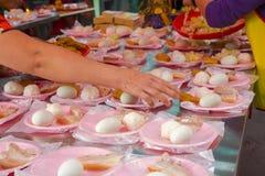 Taiwán, creencias religiosas, sacrificios, cerdo, verduras, alubias secas, huevos, bolas de arroz, pequeños tres animales, fotos de archivo