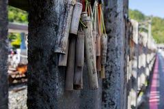 Taiwan, Besichtigungsstellen, Ruifang-Affe-Höhle, Cat Village, die Wand segnend, Gebetsbambus Lizenzfreies Stockfoto
