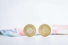 50 Taiwan-Dollarmünzen und -banknoten Stockfotografie