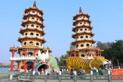 Taiwan: Drake och Tiger Pagodas Arkivfoto