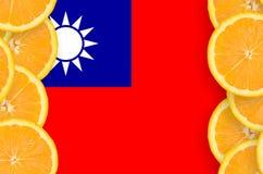 Taiwan flagga i vertikal ram för citrusfruktskivor arkivfoto