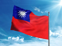 Taiwan flagga som vinkar i den blåa himlen Arkivfoton
