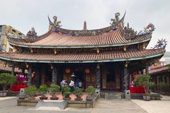 Taiwan, Taiwan - Mei 2018: Mensen die in Dalongdong Baoan Temple in Taipeh, Taiwan bidden Royalty-vrije Stock Foto's