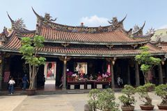 Taiwan, Taiwan - Mei 2018: Mensen die in Dalongdong Baoan Temple in Taipeh, Taiwan bidden Stock Foto