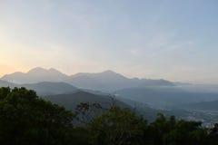 Taiwan montanhoso e sua cidade pequena na manhã fotografia de stock