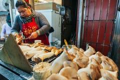 Taiwan, mulheres assa o cogumelo jiufen dentro imagem de stock royalty free