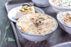 Taiwan-` s unterscheidende berühmte Snäcke: Wohlschmeckendes Reispudding Wa GUI in einer weißen Schüssel auf Steintabelle, Taiwan lizenzfreies stockbild