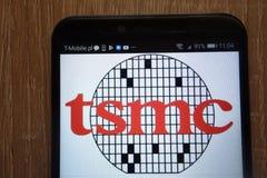 Taiwan Semiconductor Manufacturing Company limitó el logotipo exhibió en un smartphone moderno imagen de archivo
