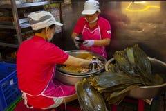 Taiwan, Taipeh die, Dragon Boat Festival, de Markt van de Zuidenpoort, vleesbollen maken stock foto's