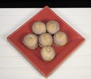 Taiwanes Taro Mooncakes på rött, vitt, och svart Royaltyfria Bilder