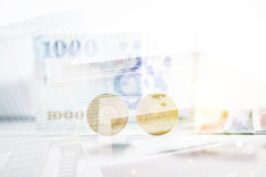 Taiwanesiska pengar med Taipei 101 tornbakgrund Arkivbilder