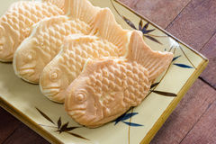 Taiyaki bakar ihop på wood bakgrund, japansk konfekt royaltyfria foton