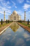 Taj反射在池塘的Mahal。 库存照片