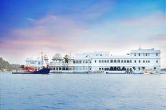 Taj湖宫殿,湖Pichola中部  乌代浦 免版税图库摄影