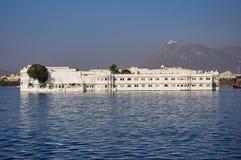 Taj Jeziorny pa?ac na jeziornym Pichola w Udaipur, Rajasthan, India obraz stock