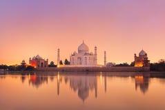 Taj Mahal à Âgrâ, Inde sur le coucher du soleil Photos stock