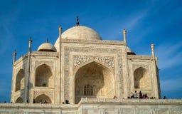 Taj Mahal é um mausoléu de mármore marfim-branco na margem sul do rio de Yamuna imagem de stock