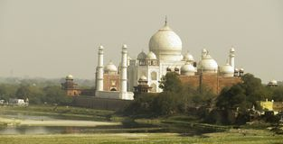 Taj Mahal μέσω της ελαφριάς ομίχλης και της αιθαλομίχλης Στοκ φωτογραφία με δικαίωμα ελεύθερης χρήσης