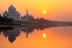 Taj Mahal που απεικονίζεται στον ποταμό Yamuna στο ηλιοβασίλεμα σε Agra, Ινδία στοκ εικόνες με δικαίωμα ελεύθερης χρήσης