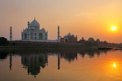 Taj Mahal που απεικονίζεται στον ποταμό Yamuna στο ηλιοβασίλεμα σε Agra, Ινδία στοκ εικόνα