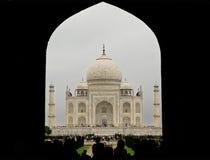 Taj Mahal через свод входа Стоковое Изображение
