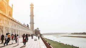 Taj Mahal, Agra, Styczeń 2019: Genialny widok Taj Mahal i Jeden cztery filaru minaretu od Tylnej strony dzwoniącej ogród obraz stock