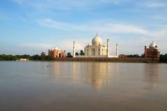Taj Mahal a Agra, Uttar Pradesh, India, veduta dall'altro lato del fiume Immagini Stock