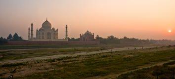Taj Mahal bij zonsondergang, Agra, Uttar Pradesh, India. Stock Foto's