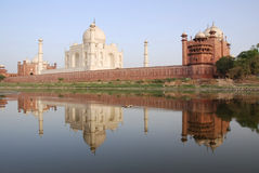 Taj Mahal che riflette nel fiume di Yamuna immagine stock libera da diritti