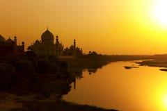 Taj Mahal con el río de Yamuna. foto de archivo
