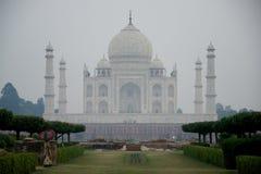 Taj Mahal con la donna in priorità alta Fotografia Stock Libera da Diritti