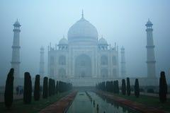 Taj Mahal con la niebla de la madrugada Imágenes de archivo libres de regalías