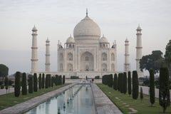Taj Mahal con la piscina Agra, la India Imagen de archivo