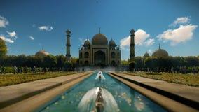 Taj Mahal con los turistas contra el cielo azul, 4K inclinable