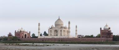 Taj Mahal dal lato del fiume Fotografia Stock Libera da Diritti