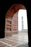 Taj Mahal dall'interno della moschea Immagini Stock Libere da Diritti