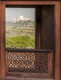 Taj Mahal dalla fortificazione di Agra Immagini Stock