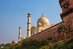 Taj Mahal dans la lumière du soleil Tôt le matin, vue arrière derrière la barrière, de l'extérieur, côté de rivière Une des la pl Photographie stock libre de droits