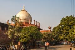 Taj Mahal dans la lumière du soleil Tôt le matin, vue arrière derrière la barrière, de l'extérieur, côté de rue Une des la plupar Images stock