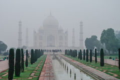 Taj Mahal dans le brouillard de matin mausolée de marbre blanc ivoire o Photo libre de droits