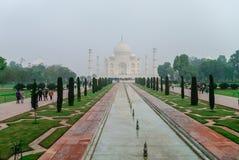 Taj Mahal dans le brouillard de matin mausolée de marbre blanc ivoire o Images stock