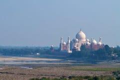 Taj Mahal dans le brouillard Vue à travers la rivière du fort d'Âgrâ Photographie stock
