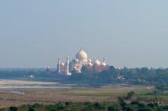Taj Mahal dans le brouillard Vue à travers la rivière du fort d'Âgrâ Photos libres de droits