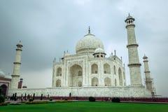 Taj Mahal in de avond in wolken wordt behandeld die stock afbeeldingen